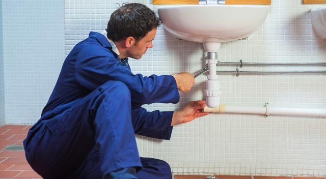 Fuite d'eau : Que faire en attendant le plombier ?